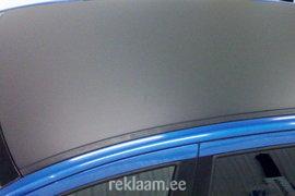 Auto katuse mustaks kleepimine