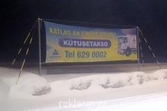Kütusetakso reklaam postide vahel.