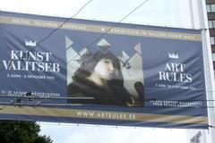 Näitus kunst valitseb rippuv reklaam