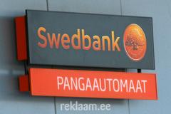 Swedbank valgusreklaam sularahaautomaadi juures